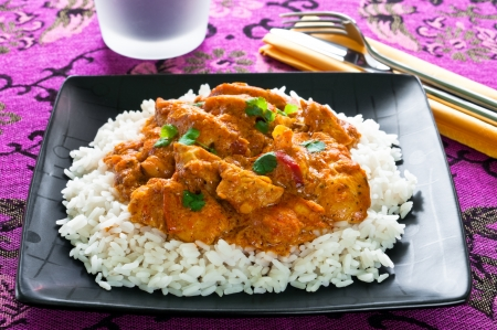 chicken curry: Huhn mit Reis Curry auf schwarze Platte Lizenzfreie Bilder