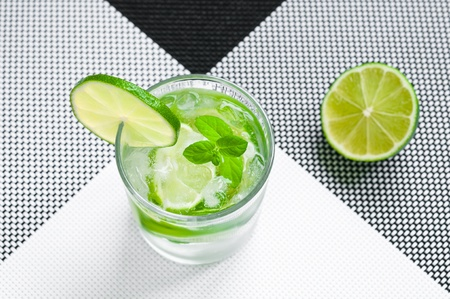 Glass of mojito drink with ice, mint and lime 版權商用圖片
