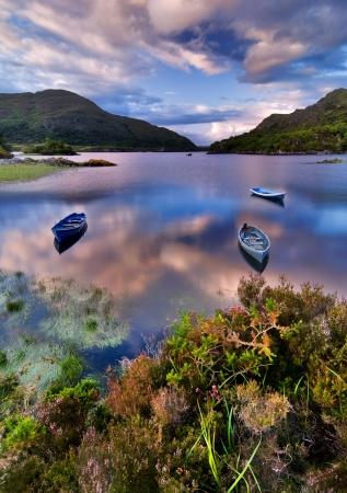 Barche in acqua nel parco nazionale di Killarney, Irlanda, Europa