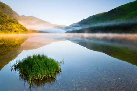 Schemering in Upper Lake in Glendalough Scenic Park, Ierland Stockfoto