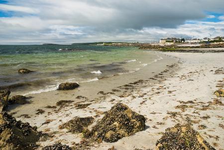 Alles boven de Atlantische zandstrand in Galway, Ierland