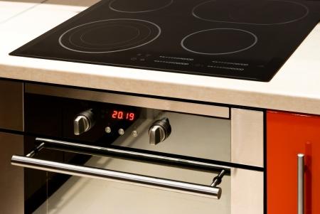 デジタル表示とコントロールを持つ近代的な電気オーブン