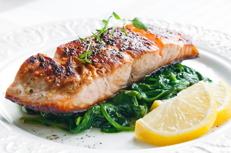 Grilled salmon with spinach, lemon and thyme