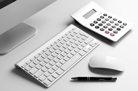 teclado numerico: Escritorio con teclado de computadora, calculadora y punto pelota