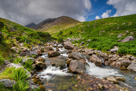 Cascade van het water in wilde heuvels van de Ring of Kerry, Ierland, Europa Stockfoto