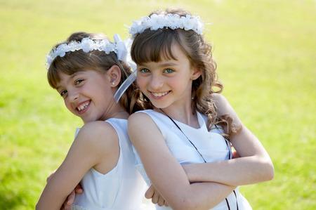 comunion: Las chicas jóvenes que hacen su primera comunión católica Foto de archivo