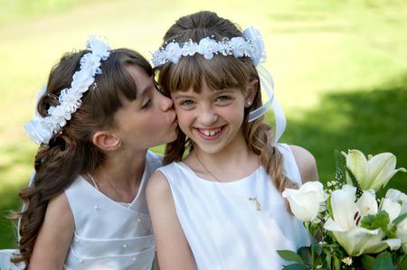 première communion: Les jeunes filles qui font sa première sainte communion catholique Banque d'images
