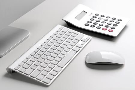 teclado numerico: Escritorio blanco con el ordenador, el teclado, el ratón y la calculadora, con poca profundidad de campo Foto de archivo