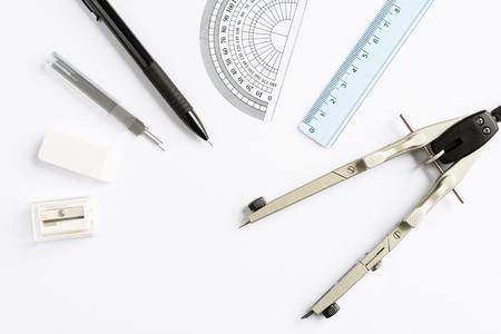 utiles escolares: Conjunto de escolares y de oficina en el fondo blanco vista desde arriba