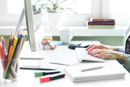 若い女性は、自宅や小さな事務所で作業します。