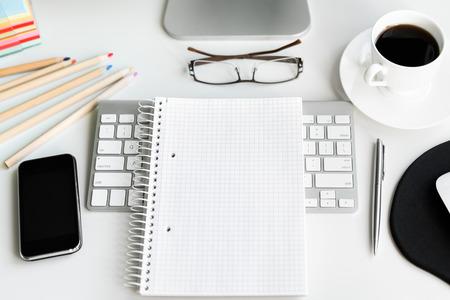 Office werkplek met computer op een witte tafel. Bovenaanzicht