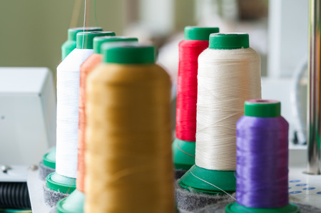 coser: Sewing threads multicolored background closeup with shallow depth of field Foto de archivo