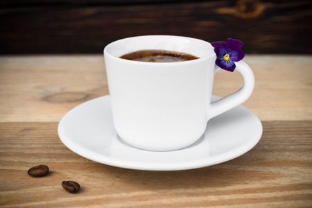 Espresso koffie met koffiebonen gerangschikt op oude houten tafel
