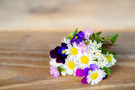Boeket van kleurrijke tuinbloemen op houten lijst met exemplaar-ruimte. Selectieve aandacht. Stockfoto