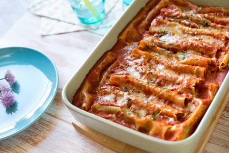Close-up van cannelloni gevuld met spinazie en ricotta