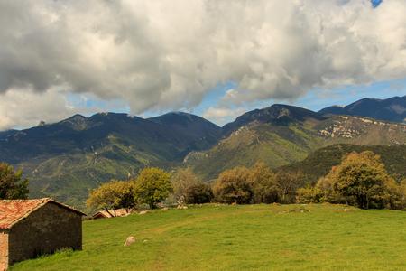 La tranquilidad del valle invita a vivir en la masía Foto de archivo - 87302395