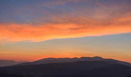 Amanecer desde las pistas de esquí de La Molina. Foto de archivo