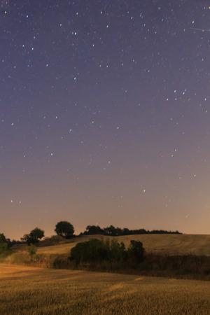 El placer de poder ver las estrellas desde el campo Foto de archivo