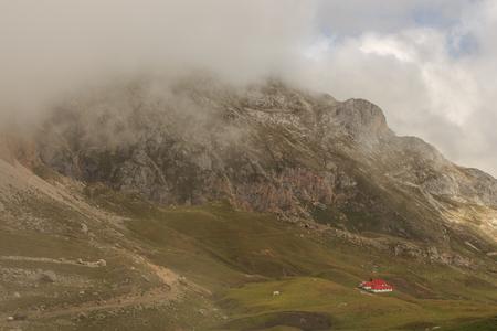 A walk through one of the most beautiful mountains: The Picos de Europa Foto de archivo - 100262105