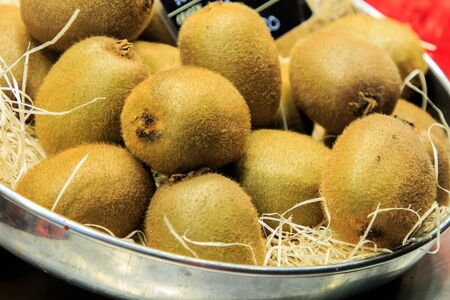 China Straw-based kiwi fruit on a metal plate for sale