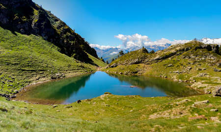 Heart-shaped mountain pond with mountains in the background Foto de archivo