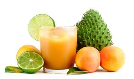 guayaba: Mango, limas y frutas tropicales sobre un fondo blanco