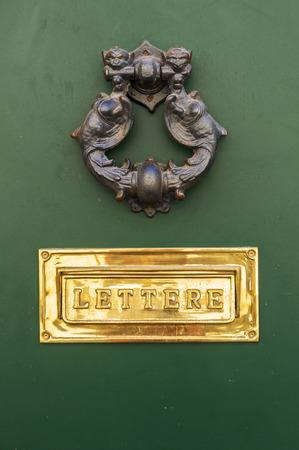 puerta verde: Puerta verde y buz�n
