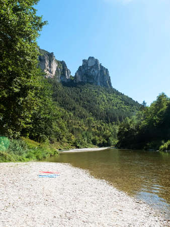 Panoramic view of a river mountain in France, Le Rozier. River Sur-Tarn Standard-Bild