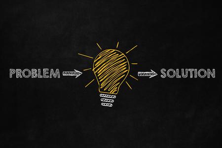 Een conceptueel probleem oplossen, de mogelijkheid om probleem op te lossen, een grote gele gloeilamp geeft een idee om problemen op te lossen