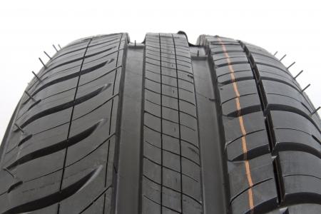 rodamiento: Primer plano de un neumático de caucho negro con dibujo patrón.