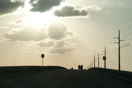 key to freedom: En el camino a las nubes en Cayo Hueso y la luz del sol los rayos sensaci�n de libertad