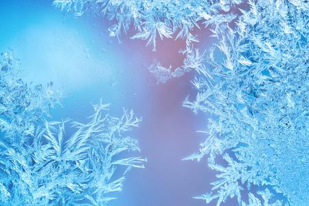 Ventanas congeladas en invierno con decoraciones de escarcha Foto de archivo