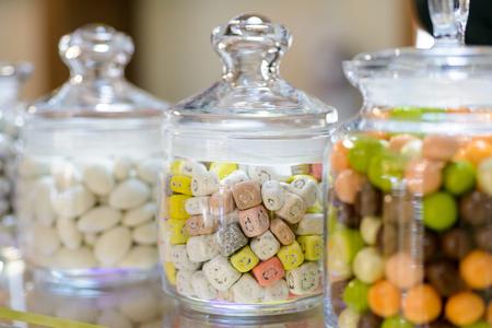 Snoepjes in glazen potten in snoepwinkel