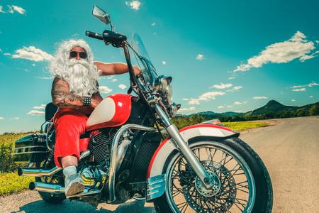 Sunburned Sankt Biker fahren Motorrad auf Sommerferien