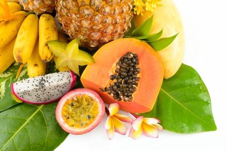 Frutta tropicale su un bianco