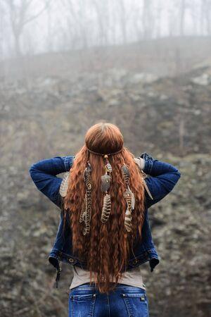 Langhaariges Mädchen im Wald