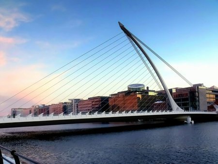 moderne br�cke: Modern bridge in Dublin Lizenzfreie Bilder