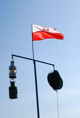 bandera de polonia: bandera polaca de vuelo en el viento