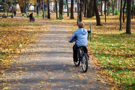 riding bike: ragazzo guida bici