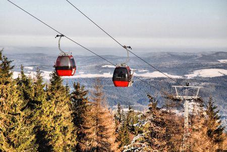 Paesaggio invernale con una funivia rossa Archivio Fotografico - 6546835