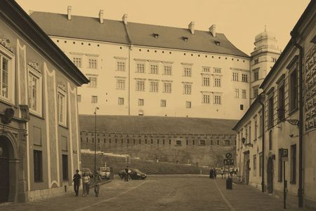 cracovia: CRACOW - JUNE 8: Tourist and Royal Wawel Castle on June 8, 2010 in Cracow. Poland Editorial