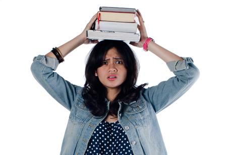 너무 많은 책 때문에 우울 젊은 대학 소녀 스톡 콘텐츠