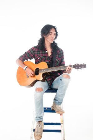 Lange Haare Mann Spielgitarre akustisch