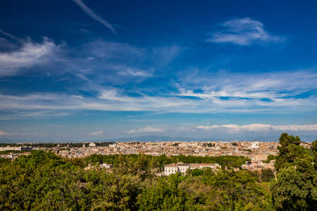 Rome, Lazio, Italy - The beautiful panorama of the city, seen from the top of the Janiculum (Janiculum). The splendid view of the historic buildings, churches and unique monuments of the Eternal City. Foto de archivo