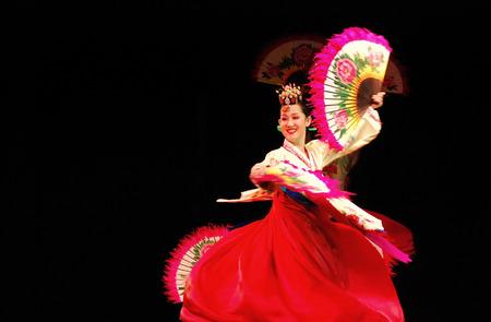 Rendimiento de Busan de Corea del baile tradicional en el teatro Foto de archivo - 34410093