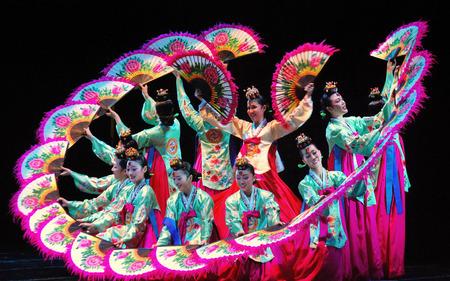 釜山劇場で韓国の伝統舞踊のパフォーマンス 報道画像