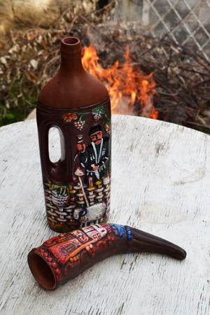 bouteille de vin: bouteille de vin et corne à boire Banque d'images