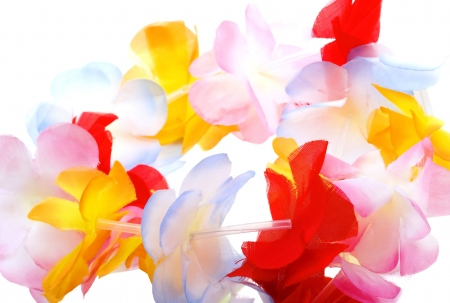 Close-up kleurrijke Hawaiiaanse lei met heldere bloemen op witte achtergrond Stockfoto