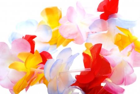 Close-up kolorowe Hawaiian Lei z jasne kwiaty na białym tle