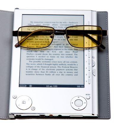 E-book met een bril geïsoleerd op witte achtergrond